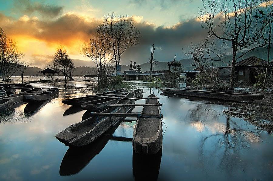 morning at tamblingan lake by Oka Parmana - Transportation Boats