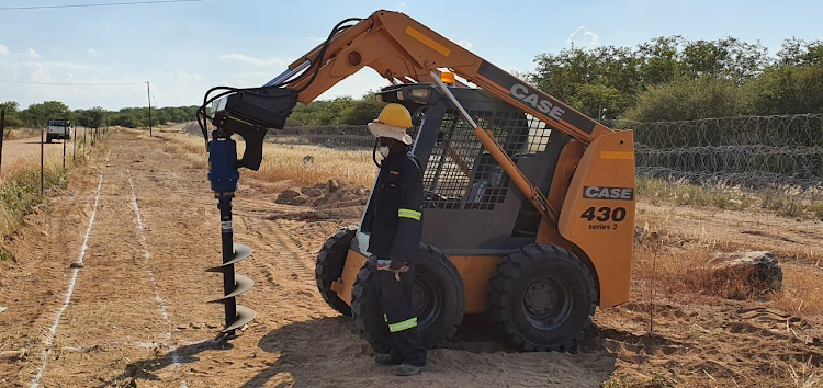 Work has started alongside the Beitbridge border post with construction teams building the 1.8m-high fence which will span 20km on each side of the border post between SA from Zimbabwe.