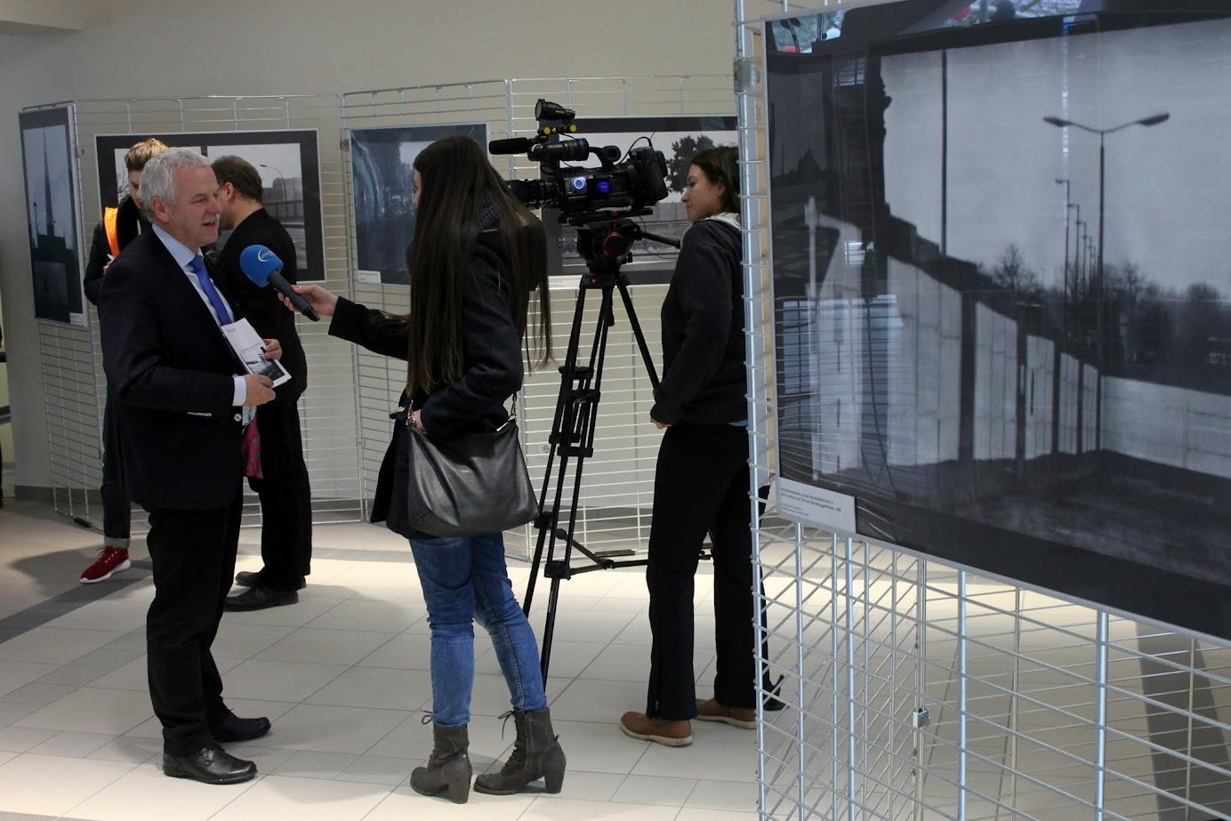 Bürgermeister Jürgen Polzehl stellte sich bei der Ausstellungseröffnung auch den Fragen der TV-Kollegen von