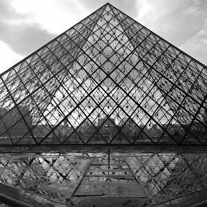 Louvre piramida NB.jpg