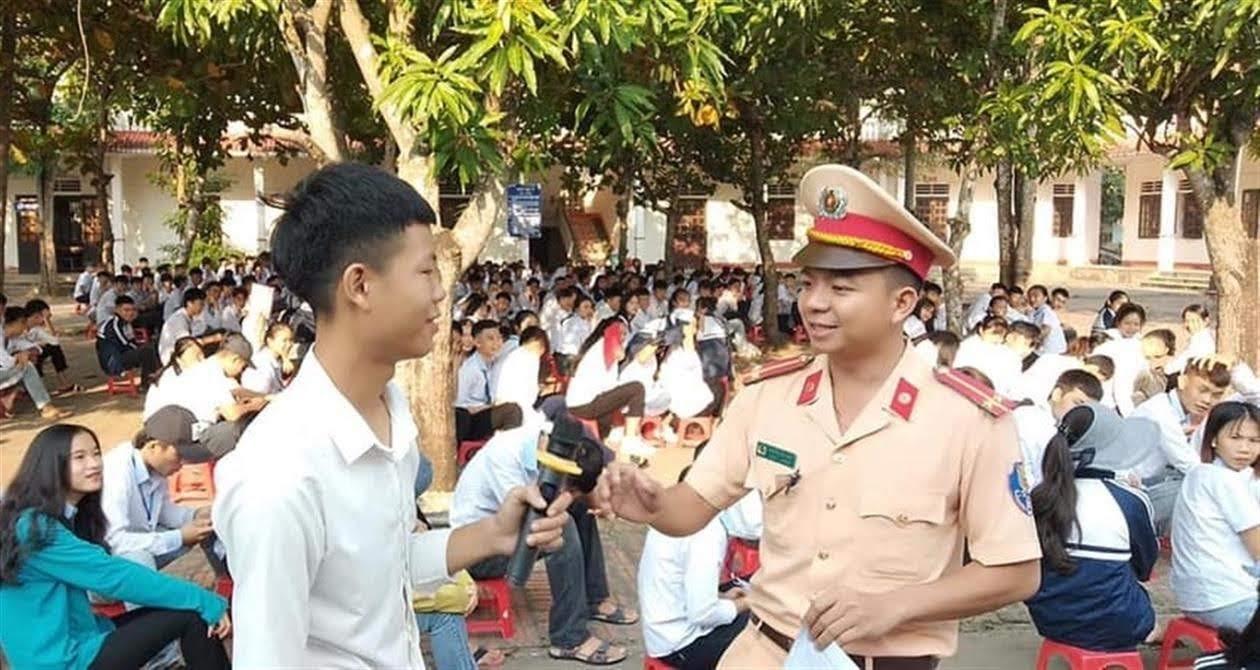 Công an huyện Diễn Châu tổ chức tuyên truyền Luật Giao thông đường bộ  cho các em học sinh
