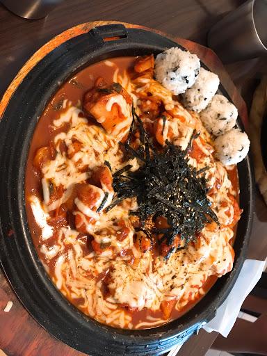 起司辣炒雞排很好吃 雞肉不是冷凍的 肉質很鮮嫩 小菜好吃 可以再續  推推~~
