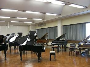 Photo: たくさんのスタインウェイ中古グランドピアノたち、各サイズが複数あります。 浜松ピアノショールーム http://www.pianoya.net/pianoya_139.htm