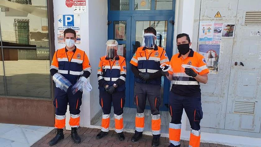 Personal de Protección Civil de Garrucha tras recibir una remesa de protectores faciales.