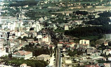 Photo: Vista xeral, onde podemos ver a Alameda, as Palmeras, Diputación, Escola de Maxisterio (Delegación), Estación Vella, onde está agora o CEIP e as Piscinas Campolongo. As árbores marcan o curso do río Ghafos.
