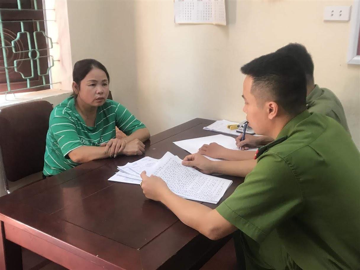 Đối tượng Trần Thị Huyền (áo xanh)  và Nguyễn Thị Ngũ tại cơ quan điều tra