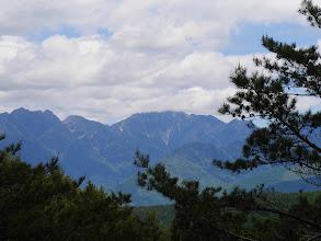 甲斐駒ヶ岳(中央)と三ツ頭・鋸岳(左)