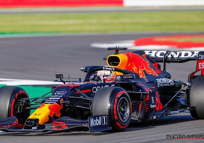 Max Verstappen wint in eigen land en neemt WK-leiding over van Lewis Hamilton
