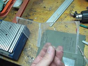 Photo: Voy pegando. El Loctite, no ataca al plástico, simplemente lo deja de color blanquecino.