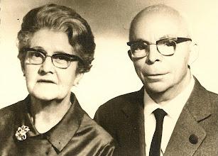 Photo: avis paterns, 1963 Lola Lloret i Portés (Sant Feliu de Guíxols, 6-11-1897 – † Sabadell, 25-4-1971) i Pere Escapa i Vives (Sabadell, 24-10-1890 – † Bellaterra, 9-4-1976) El Pere, excel·lent estudiant, no continuà l'ofici de sastre del pare a causa del problemes amb la vista, però s'obrí camí com a reconegut comptable i aconseguí l'administració de la «Compañía Arrendataria de Tabacos» en jubilar-se el seu titular, a la vegada que ostentà la represntació de la «Fosforera Española» (llumins, força imprescindibles en l'època) Els dos germans de la mevà àvia, Santiago i Lluís van exiliar-se a Mèxic, on s'instal·laren definitivament, en acabar la Guerra Civil Espanyola (1936-1939)