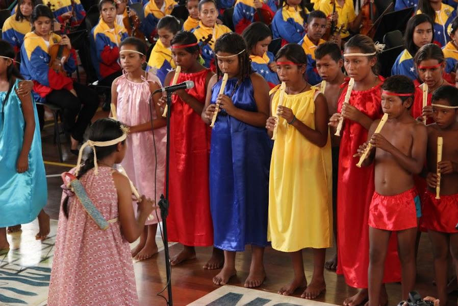 La agrupación Arco Warao, una representación de los grupos indígenas que viven en las poblaciones de Pedernales y El Volcán. Acostumbrados al viaje de casi tres horas en peñero que los lleva hasta Tucupita, los integrantes del coro, dirigido por Daniela González, ofrecieron sus armonías al ritmo de la danza Jokoi Ijiraya con entusiasmo. El color de sus vestimentas se fundió con el tricolor de la SNIV.