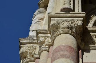 Photo: Spigolo est del protiro, sorretto da capitelli in arenaria