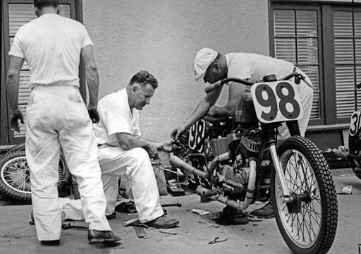 tom-sifton-et-la-harley-davidson-kr-de-joe-leonard-presente-par-machines-et-moteurs-le-specialiste-des-motos-anglaises-classiques