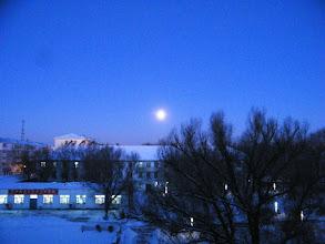 Photo: Qrrs Dorms in dawn snow, with a late full bright moon. 罕见的晨曦中的大满月,在中国北车齐车公司公寓的天空上。