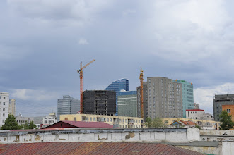 Photo: Ulan Bator la moderne - riche en pétrole, charbon (premier fournisseur de la Chine), or, cuivre, le tout à exploiter sur les ruines d'un régime soviétoïde défunt, la Mongolie s'offre en terre de libéralisme (encore peu démocratiquement) contrôlé. En témoigne le dynamique quartier des affaires, en cours de construction... par les Chinois.