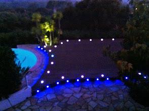 Photo: Vue de nuit association blanc et bleu