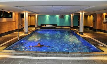 Photo: Entrevue sur la piscine chauffée & jacuzzi, mis à disposition par la résidence Deneb, à Risoul dans les Alpes du Sud