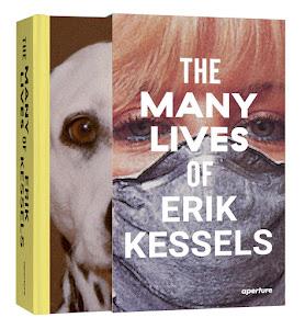 omslag: gezicht met een mondkapje; voorpagina boek: kop van een hond