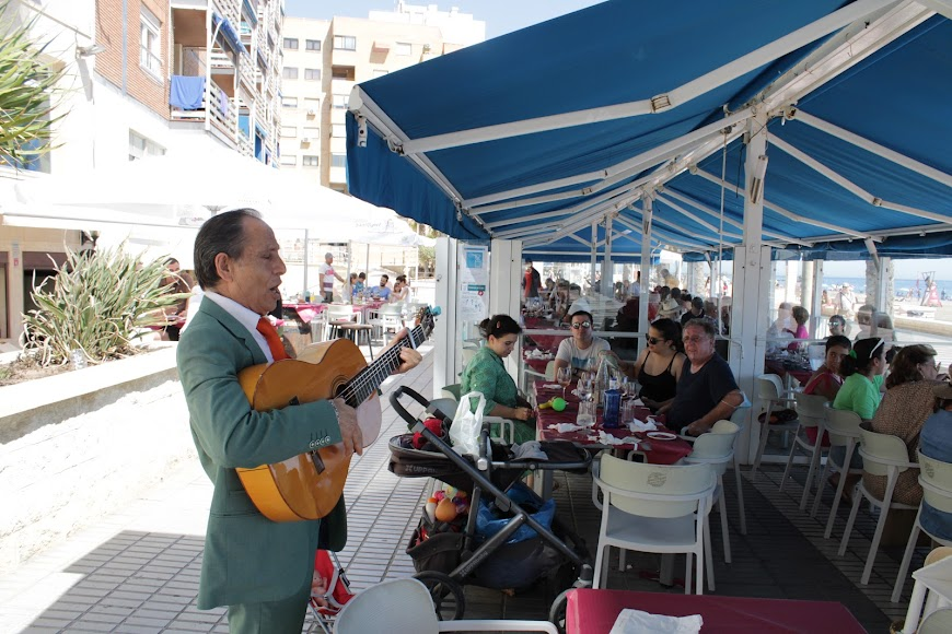 El primer día sin estado de alarma en las playas de Almería.