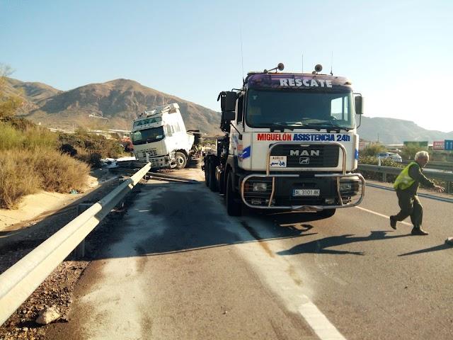 Aparatoso accidente en la A7. /Foto: Grúas Miguelón