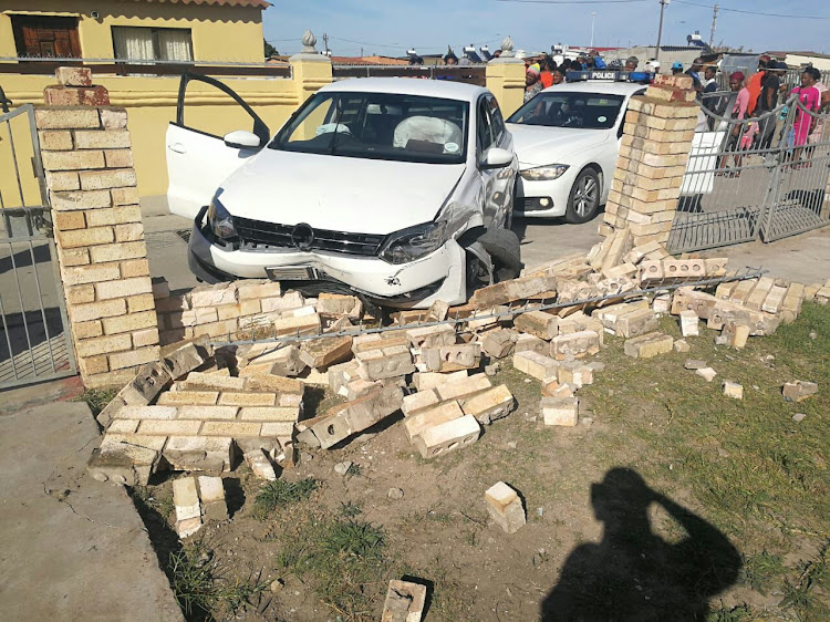 Alleged hijackers crash into a wall during police chase