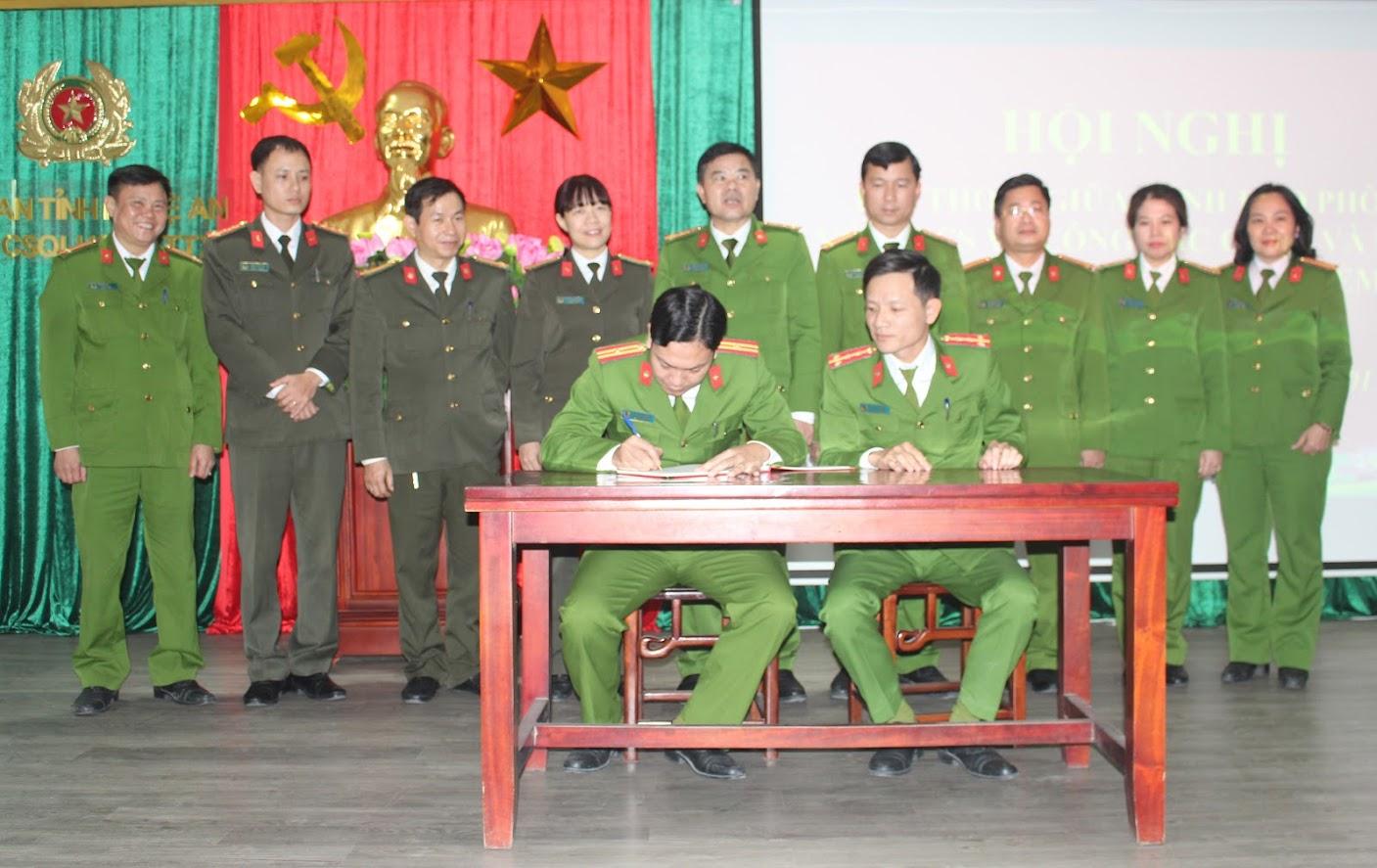 Đại diện các đội kí cam kết thực hiện Cải cách hành chính
