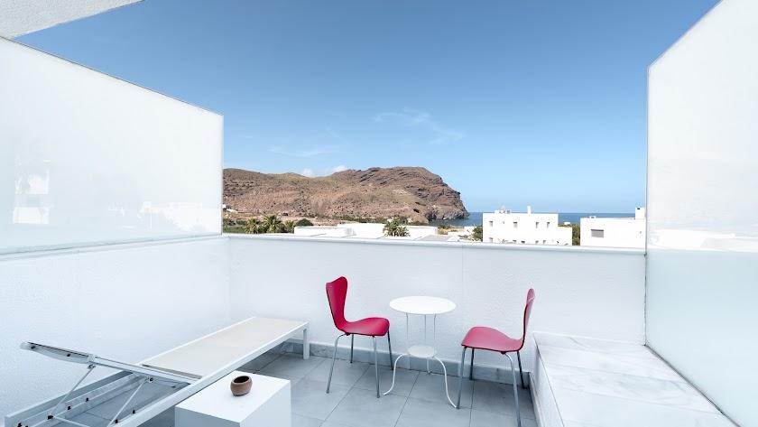 Amplia terraza con vistas a la playa de Las Negras.
