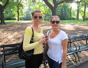Photo: Satu ja Petra Keskuspuistossa valmiina aloittamaan New Yorkin -lomansa