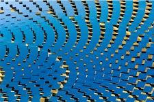 """abstract: blauw met goud/zwarte """"blokjes"""" in bogen"""