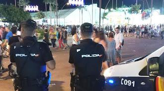 Dos agentes del Cuerpo Nacional de Policía en el recinto ferial.