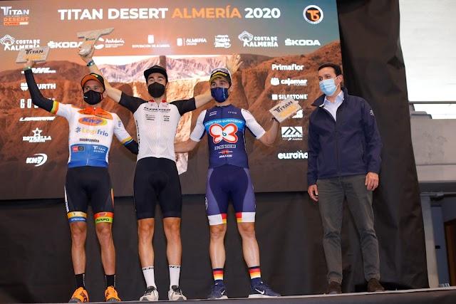 Javier García con los ganadores de la \'Titan Desert\'.