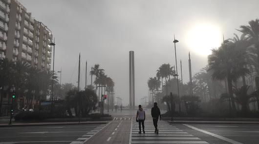 La Almería 'fantasma': la niebla  'se traga' el centro de la ciudad