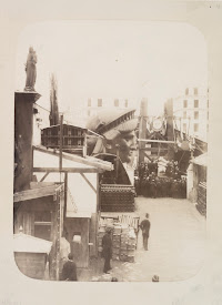 L'inauguration de l'assemblage de la structure métallique de Gustave Eiffel, le 24 octobre 1881. Attribué à Pierre Petit (1832-1909), épreuve sur papier albuminé