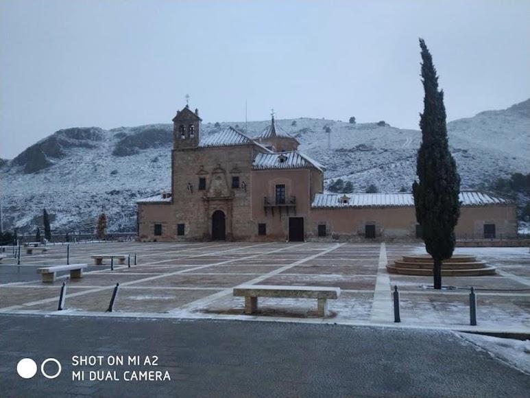 Un manto blanco de nieve cubre el Santuario de Nuestra Señora del Saliente, en Albox.