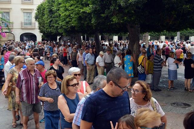 El reparto de abanicos de Feria es uno de los momentos más esperados de agosto.