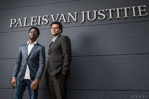journalist Kevin P. Roberson en Jurist Urban Bout voor het Paleis van Justitie