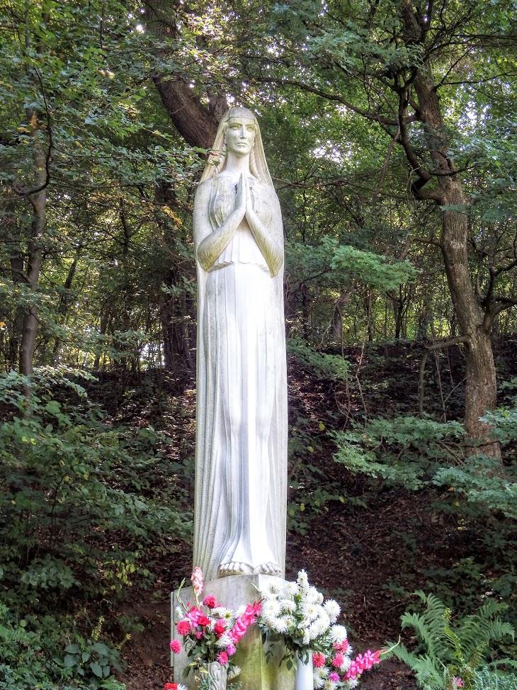 Jásd - Szentkúti kápolna a keresztúttal