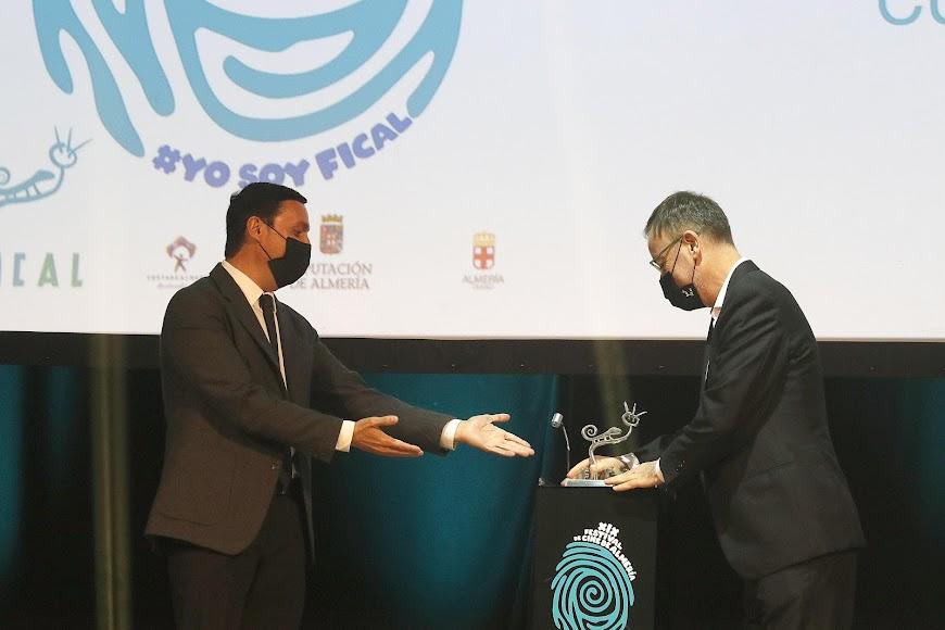 Javier Aureliano García, presidente de la Diputación, y Manuel Martín Cuenca, premio Almería, Tierra de Cine.