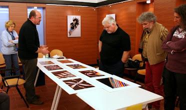 Photo: Tullio FRAGIACOMO legge il portfolio di Miran VIZINTIN