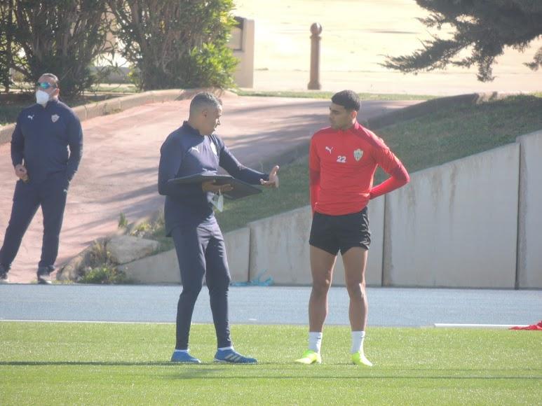 José Gomes habla con Samú Costa.