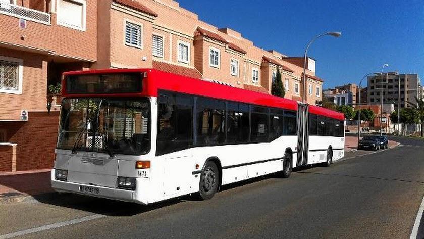 El nuevo bus  tiene mucha más capacidad y servirá como refuerzo en las horas en que más estudiantes