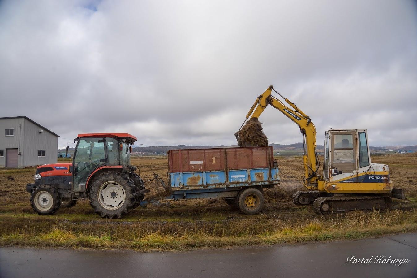 運搬用ダンプ式トレーラーはトラクターで牽引します