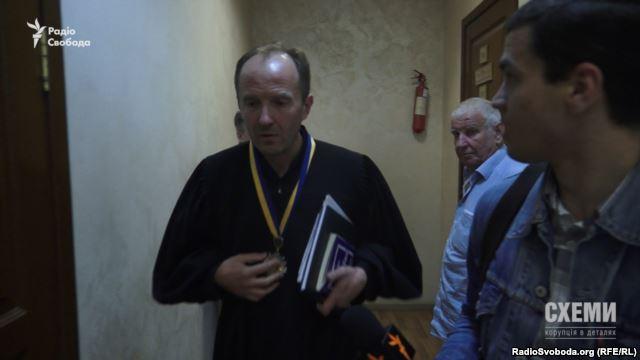 Суддя Володимир Карабань, який ухвалив рішення про розкриття повних анкетних даних власника YouTube-каналу, на якому з'явилося відео з кабінету Чеботаря, не захотів спілкуватися з журналістом «Схем»