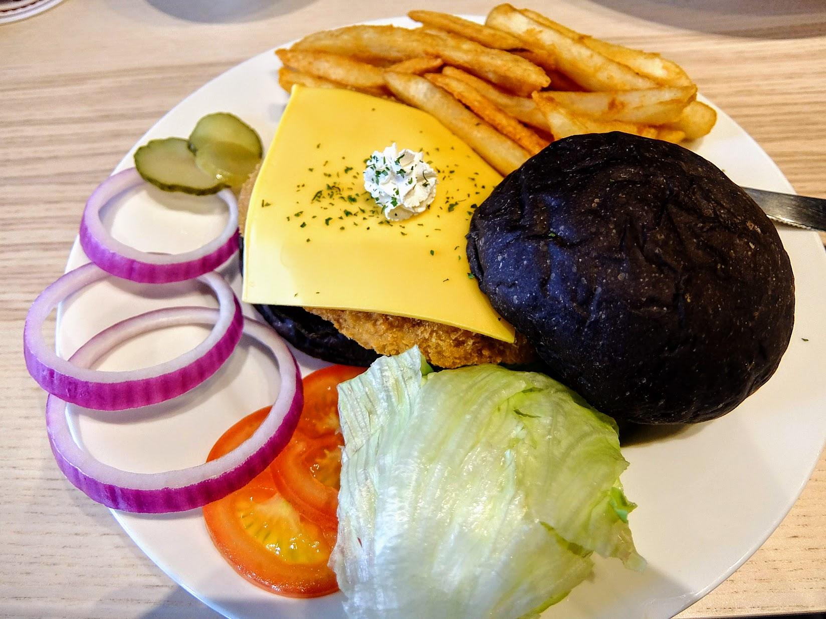 主餐! 我這次選擇黑麵包,就是巧克力麵包囉~旁邊的配菜都可以放在漢堡內使用