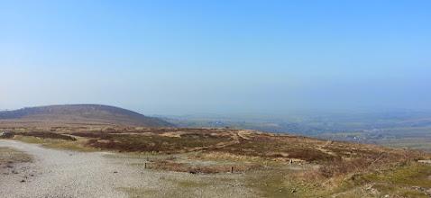 Photo: Au Méné Hom, vue sud-ouest. Au loin dans la brume, la baie de Douarnenez et la plage de Pentrez