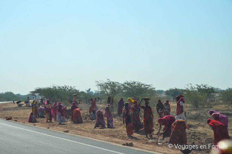Femmes travaillant en bord de route