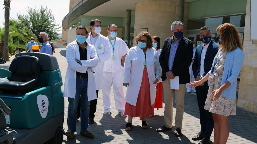El delegado de Salud, Juan de la Cruz Belmonte junto a Diego López, gerente de Clece y la directiva del Hospital de La Inmaculada.