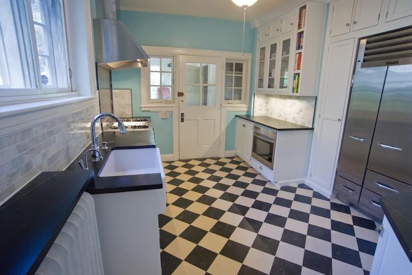 Płytki podłogowe szachownica w kuchni