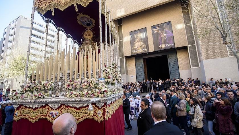Salida de María Santísima de los Desamparados del templo de Santa Teresa.