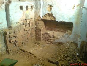 Photo: po demontażu pseudo pieca, zobaczyć można było, jak pierwotnie był zbudowany XIX wieczny piec polepowy w tym domu wraz z jego ciągami i ścianami grzewczymi. Niewiele z niego zostało.